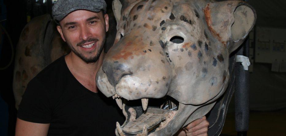 """Gerardo Ballester Franzoni ayuda a traer vida a animales como este jaguar, llamado """"Tenoch"""", en la producción de Luzia. Photo Credit: Arturo Hilario"""
