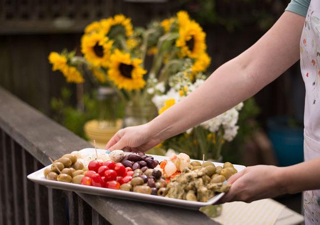 Plantéese una mesa de autoservicio con aperitivos inspirados en el Mediterráneo. Photo Credit: StatePoint