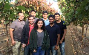 Faith Florez y el equipo de estudiantes de codificación que ayudaron a dar vida a la aplicación Calor. Photo Credit: Latina Legacy Foundation
